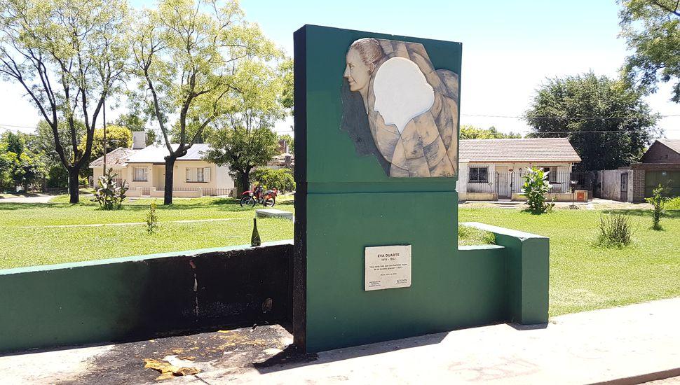 En Junín: quemaron el monumento a Eva Perón