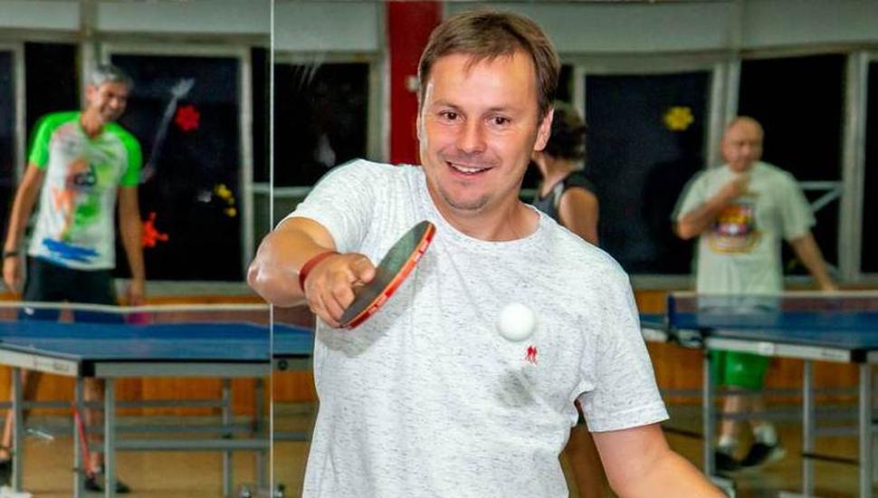 Daniel Pueyo jugando al ping-pong. El Gobierno Local auspicia, junto a empresas locales, el torneo de hoy en el Club Junín.