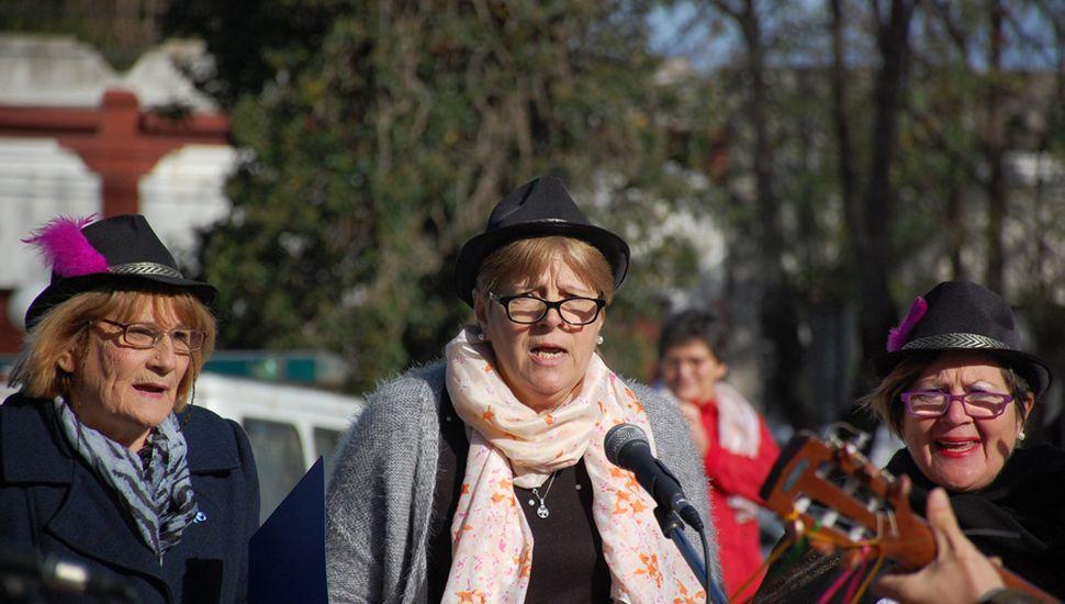 Gente de todas las edades participaron activamente del homenaje.