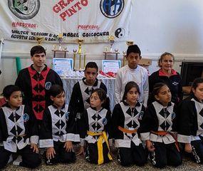 Artistas marciales de General Pinto, quienes participaron del torneo interno de Kem-Po en la sede de la Sociedad Italiana local.