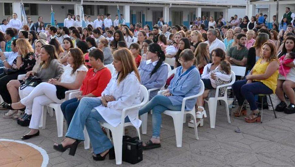 """Parte de los asistentes al acto realizado en el patio de la Escuela Nº 1 """"Julio Argentino Roca""""."""