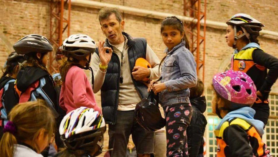 El profesor Miguel Flores impartiendo sus conocimientos a jóvenes patinadores de Junín.