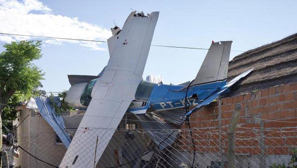 Un avión se cayó sobre una casa