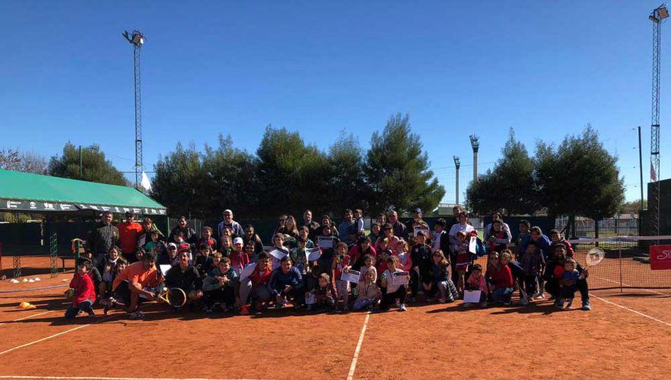 Varios de los cultores del tenis juninense que toman parte de diferentes competencias, en distintas ciudades.