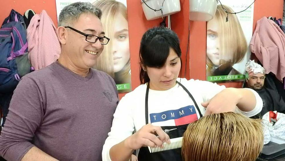 Sergio Newman en su peluquería.