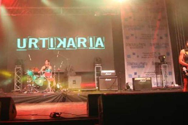 """Las chicas de """"Urtikaria"""", trío juninense de punk/grunge que participó del evento."""
