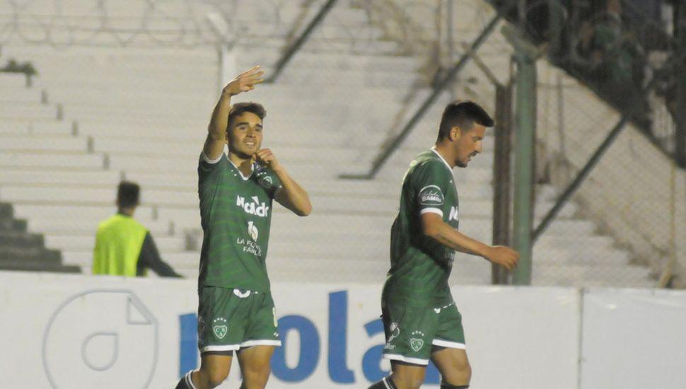 Sergio Quiroga festeja su tanto junto a Ariel Cólzera.