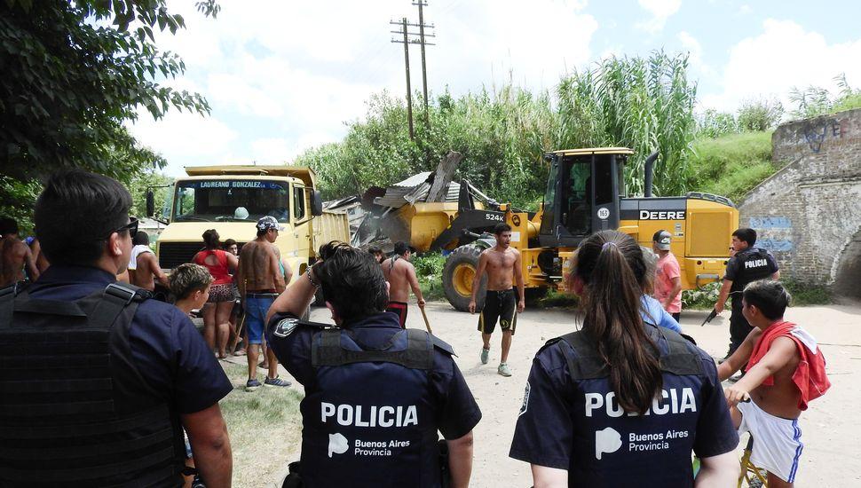 Tensión en un desalojo en calle Chile y las vías