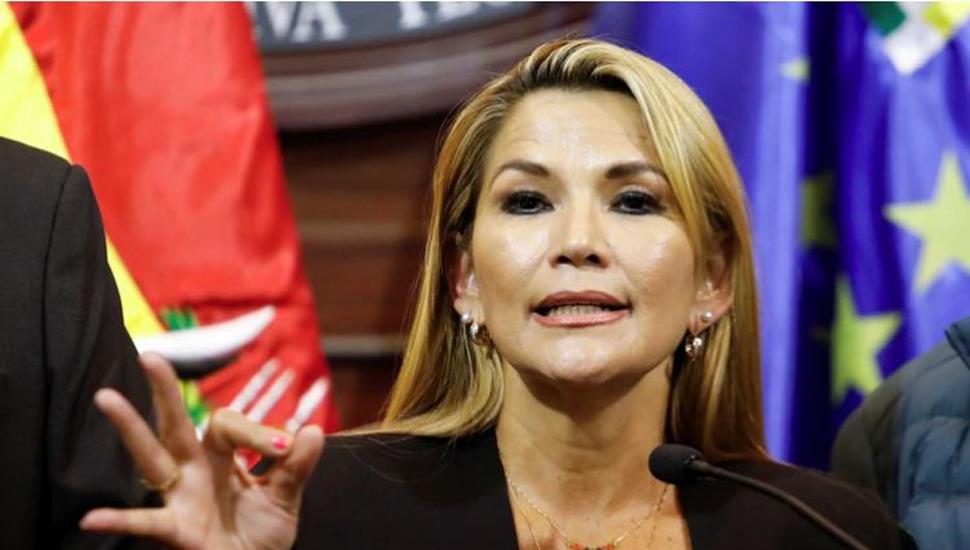 Áñez se proclamó presidenta de Bolivia y Evo advirtió desde México que la lucha continúa