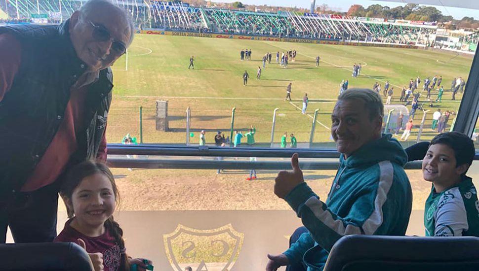 """Luis Islas en uno de los palcos del estadio """"Eva Perón"""", observando el partido Sarmiento-Central Córdoba."""