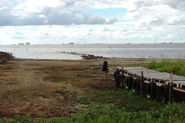 El agua, lejos de la costa en la Laguna Mar Chiquita.