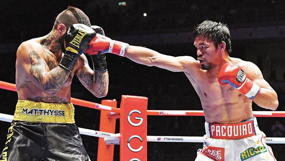 Manny Pacquiao conecta un golpe sobre la humanidad de Lucas Matthysse. El filipino sigue con sus acciones solidarias.