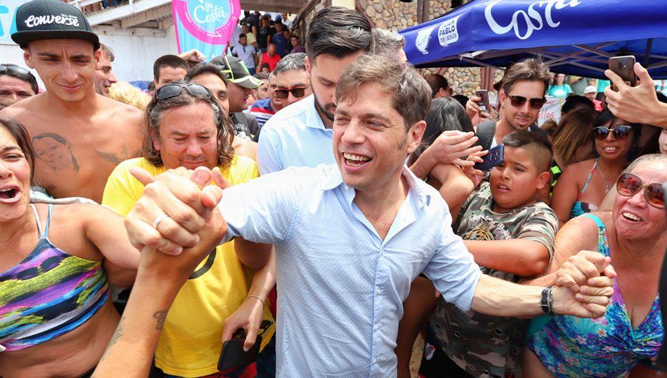 Axel Kicillof, efusivamente saludado en Mar del Plata, logró la ley impositiva, aunque la oposición impuso fuertes recortes a los ingresos.