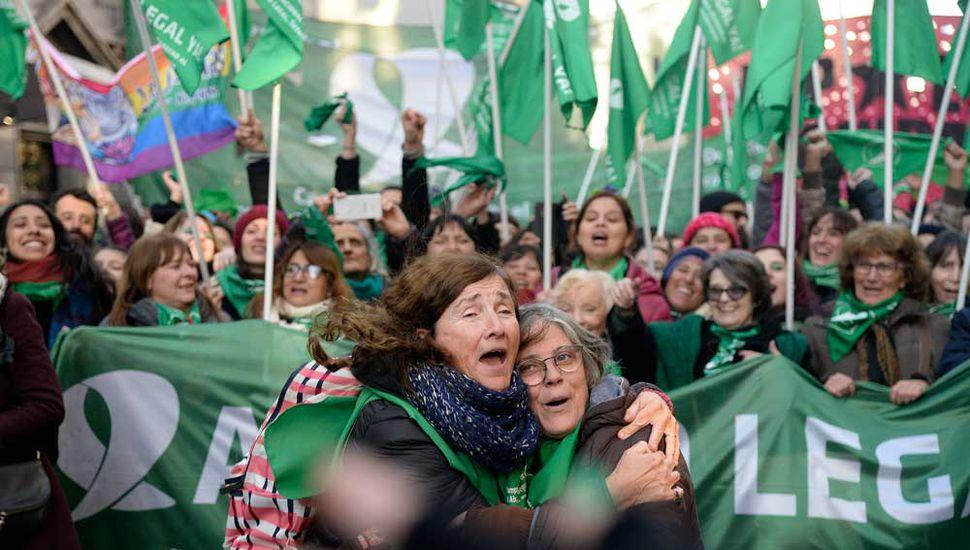 Manifestantes festejan la media sanción de la despenalización del aborto en los alrededores del Congreso.