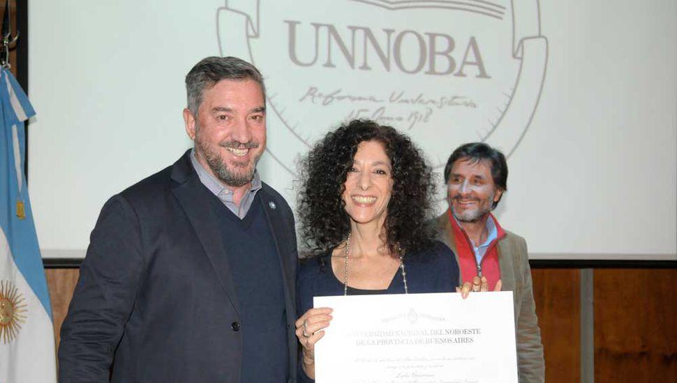 La periodista junto al rector de la Unnoba.
