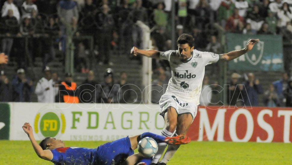 La pelea  del medio.  Federico Vismara metió de lo lindo, fue clave en el buen rendimiento del equipo.