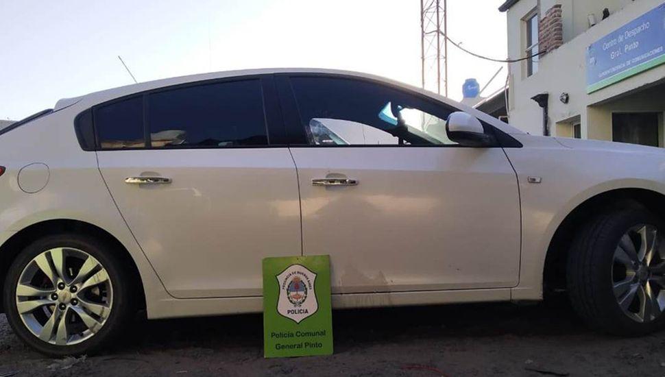El auto Chevrolet Cruze 1.8 que confiscó personal policial, durante un allanamiento realizado en una vivienda de General Pinto.