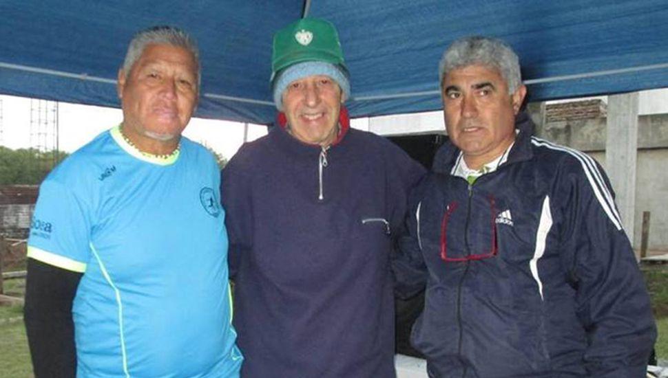 Oscar Alfredo Solís (izquierda) junto a otros cultores del tejo de nuestra ciudad.