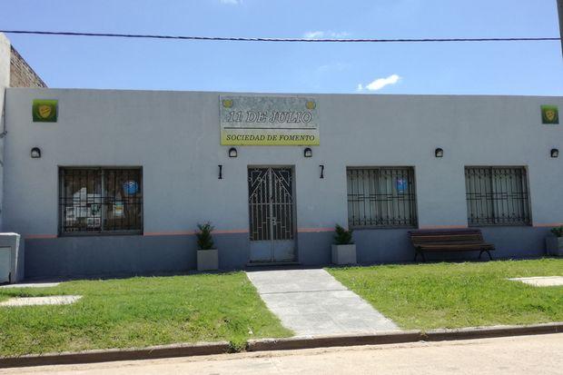 La comisión directiva de la sociedad de fomento del barrio 11 de Julio es muy crítica con el municipio por la falta de obras.