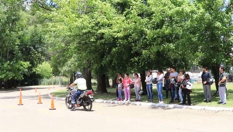 Comenzaron los cursos teóricos y prácticos para obtener el carnet de conducir de motos