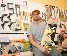 Facundo junto a uno de los skates que él mismo  fabrica.