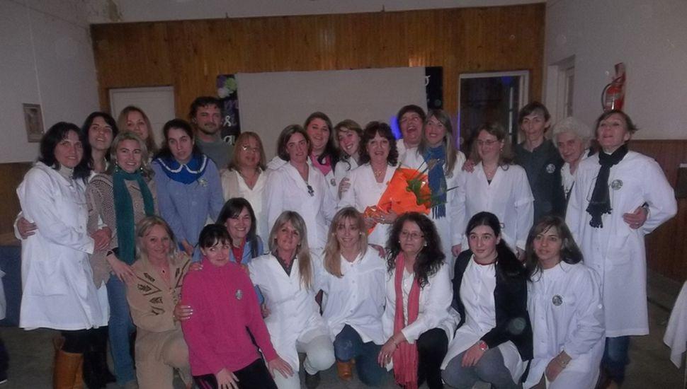 María Luján Uberti recibió un ramo de flores por parte de sus compañeras de escuela.