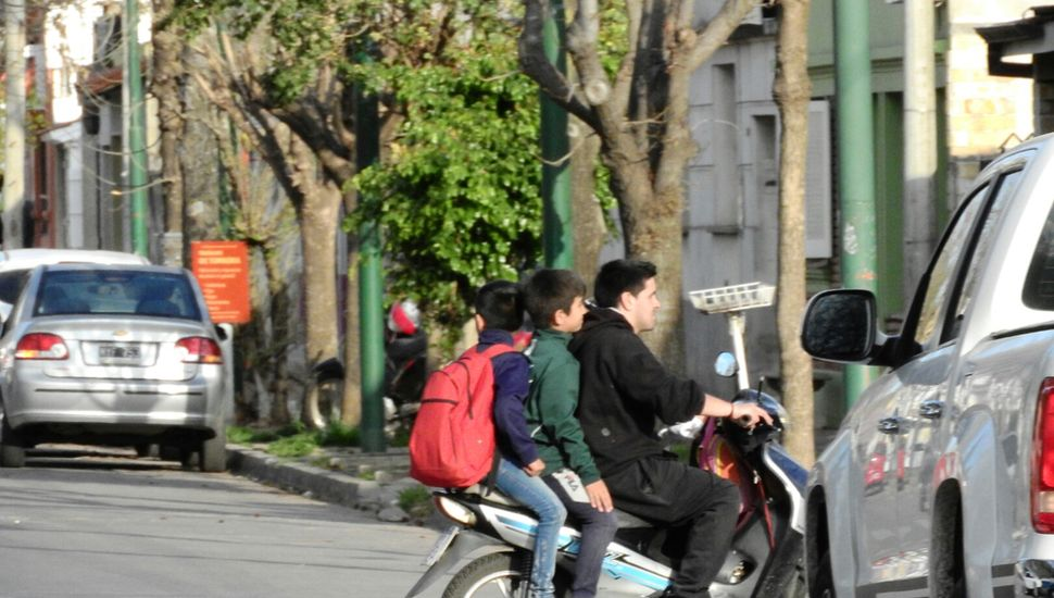 El problema de los chicos sin casco, un peligro.