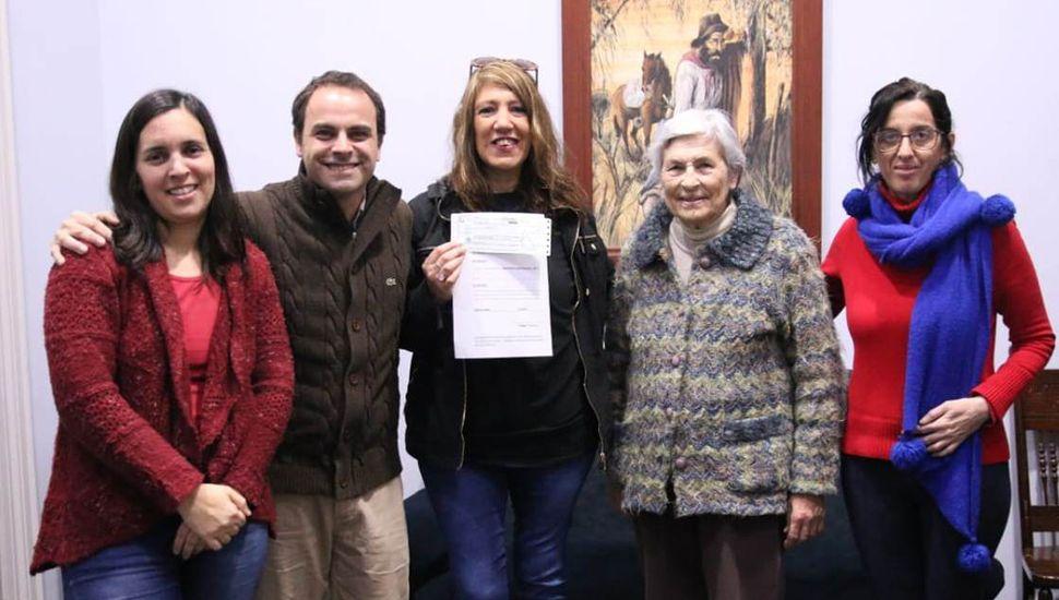 Jorge Zavatarelli y María Celia Gariboldi al hacer entrega del subsidio a la Asociación Cooperadora de la Primaria N˚ 1.
