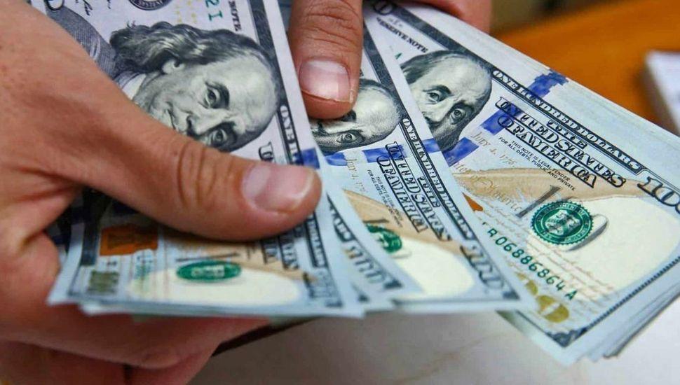 Récord del dólar blue: se vende a 145 pesos