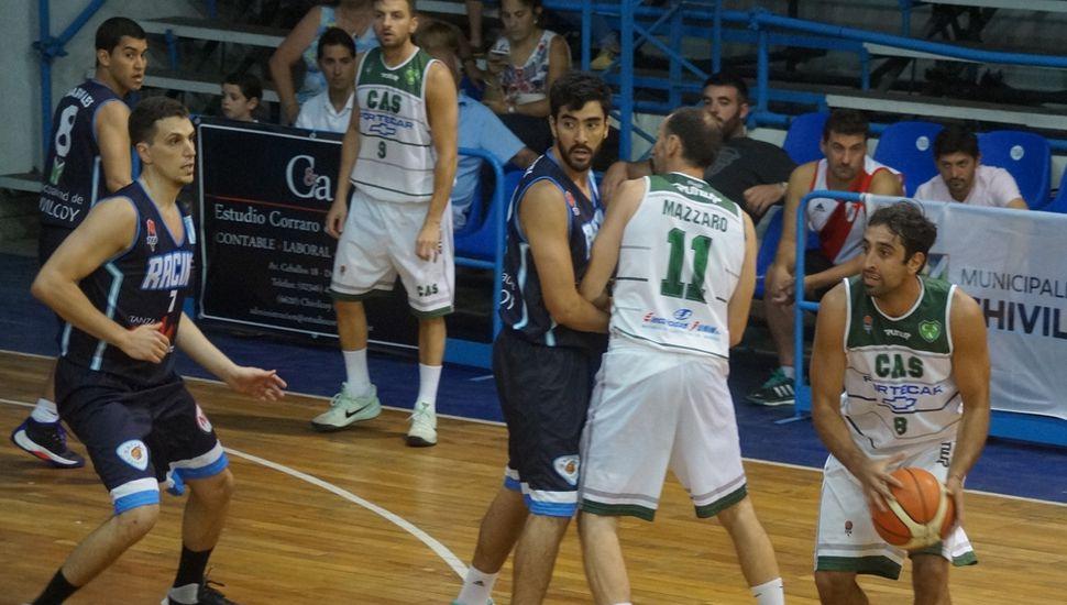 Ammiel Márquez aprovecha la cortina de Julio Mázzaro para pasar la bola