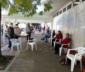 A varias personas en la fila se les proporcionaron sillas.