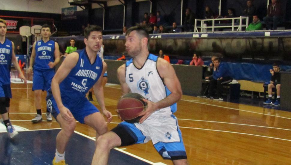 Martín Loncar enfila hacia la canasta ante la marca de Agustín Cavallín.
