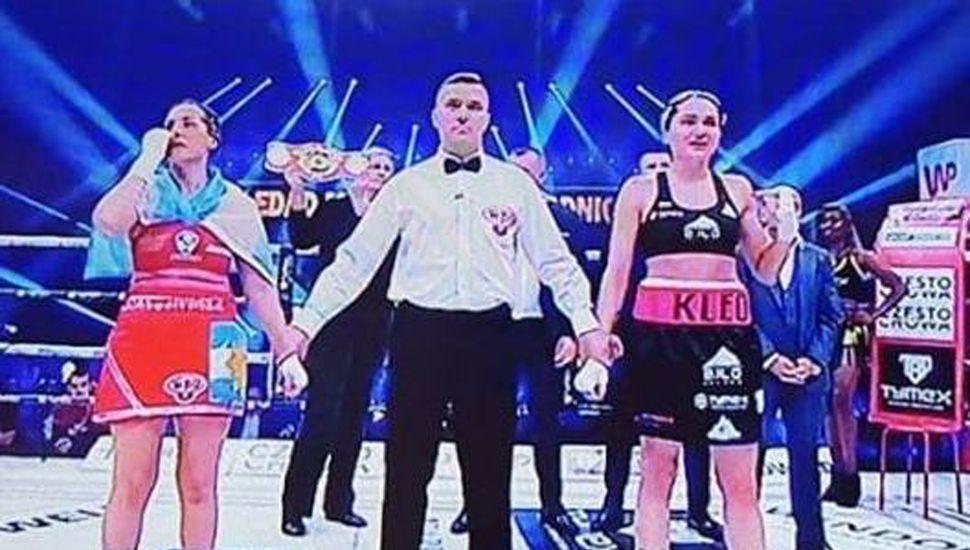 Edith Soledad Matthysse (izquierda) y su rival esperan el fallo, que dio ganadora en fallo no unánime a la campeona mundial, la polaca Ewa Brodnicka.