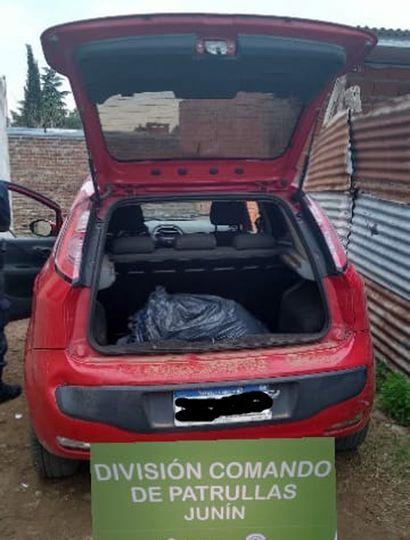El auto en el que fue atacada la joven.