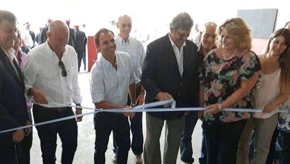 Tradicional corte de cintas para dejar inauguradas las nuevas dependencias en el cuartel local.