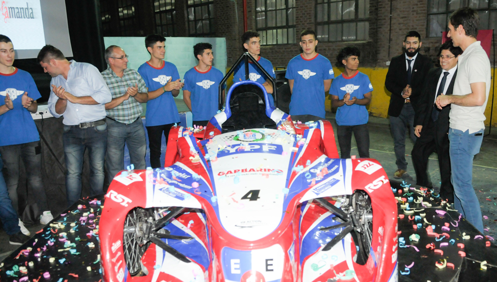 El intendente Pablo Petrecca (derecha) junto a alumnos, profesores y el auto.