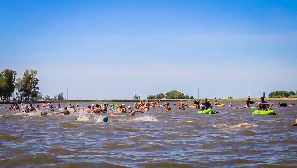 El Cruce Menor de natación se realizará el domingo 29 desde las 10 en aguas de la Laguna de Gómez.