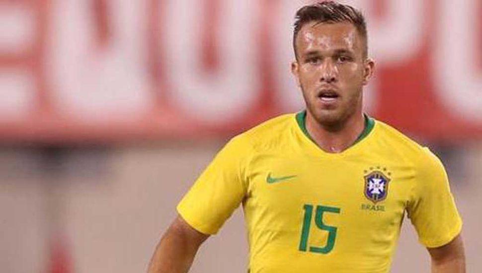 Arthur, talentoso volante del seleccionado de Brasil que está en duda para el debut ante Bolivia, debido a una lesión.