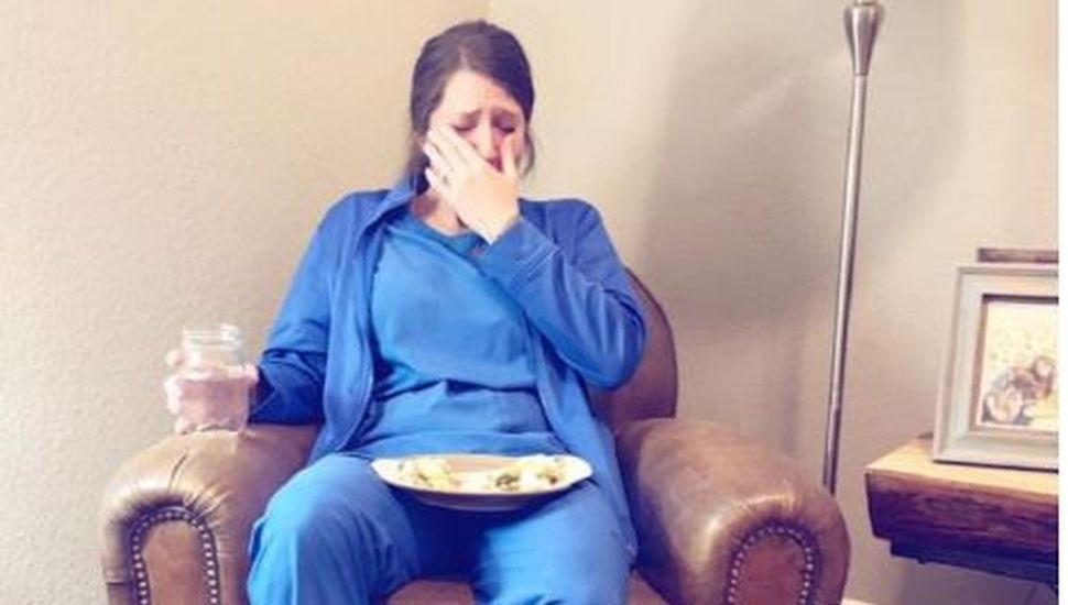 La imagen de una enfermera que llora desconsoladamente se volvió viral
