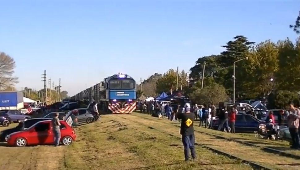 No se lo esperaban: un tren procedente de Junín atravesó un encuentro de autos