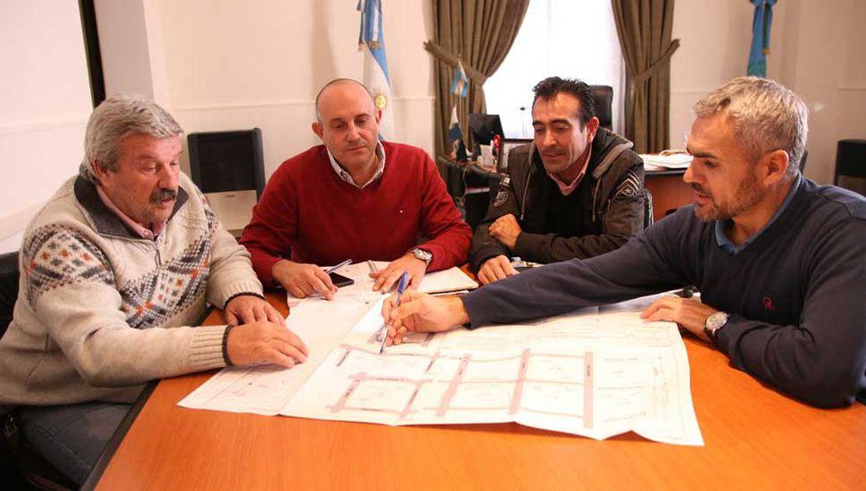 El intendente Alexis Guerrera, el ingeniero José María Lauría y autoridades de Camuzzi Gas Pampeana analizando los planos de la obra.