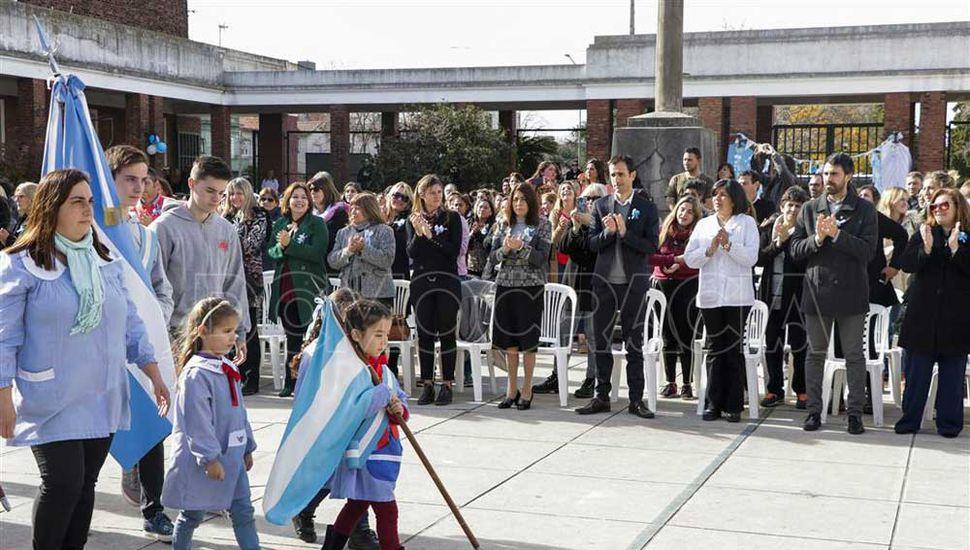 Los alumnos de cuarto grado juraron a la Bandera.>Los alumnos de cuarto grado juraron a la Bandera.