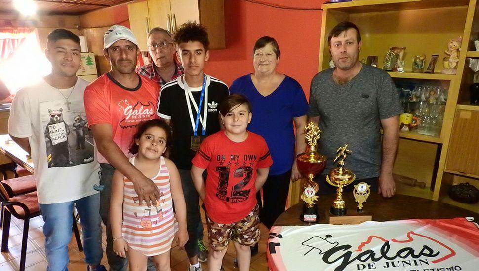Uriel junto a su familia, en el Barrio Capilla de Loreto. De izquierda a derecha: Franco Umaño (hermano), Pablo Muñoz (padre), Abigail Muñoz (hermana), Carlos Umaño (abuelo), Lionel Umaño (primo), Estella Pérez (abuela) y Alfredo Umaño (tío).