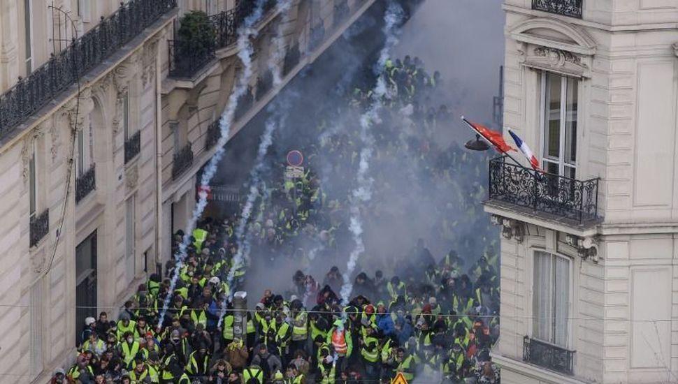 """Tensión en París: más de 1000 detenidos en otra protesta de los """"chalecos amarillos"""""""