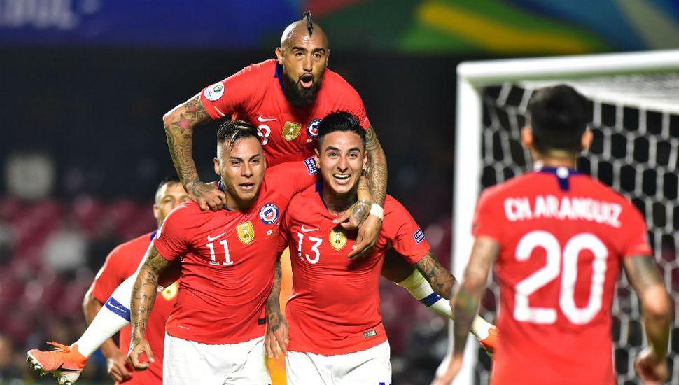 El bicampeón Chile empezó con una goleada