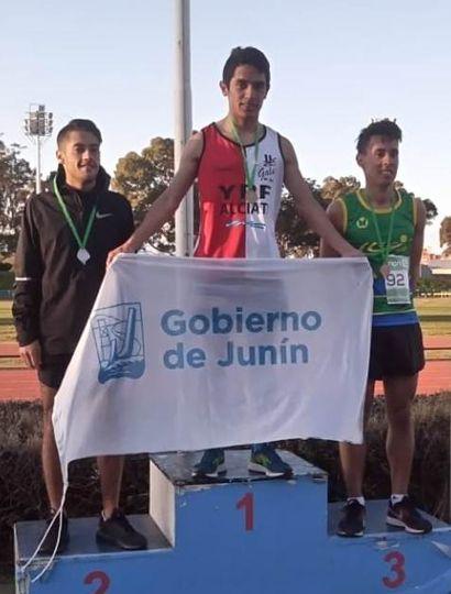 Jonathan García en lo alto del podio tras obtener la prueba de 10.000 metros.