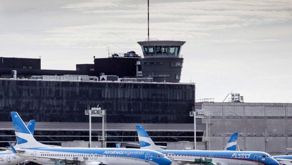 Aerolíneas quiere suspender a unos 8.000 empleados con un recorte salarial del 25%