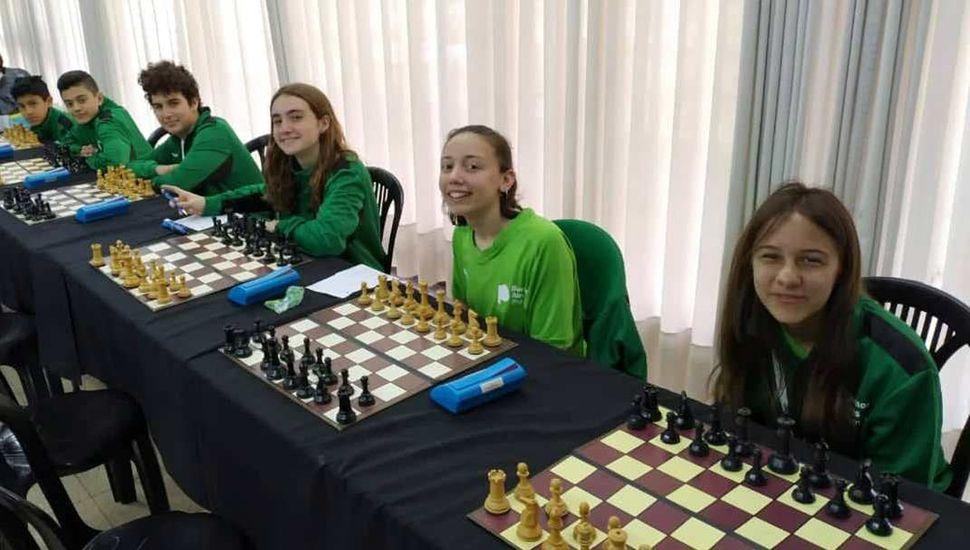 La trebejista de Junín (derecha) junto al resto de los ajedrecistas que representan a la Provincia de Buenos Aires en la final nacional de los Evita.