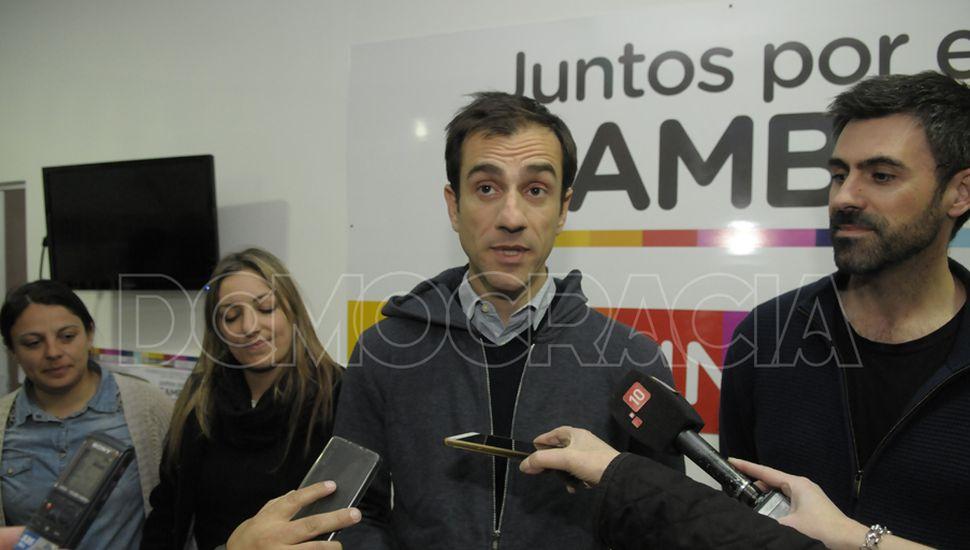 Petrecca, junto con los legisladores juninenses Laura Ricchini y Juan Fiorini, analizaron la elección antes de que conocieran los números oficiales.