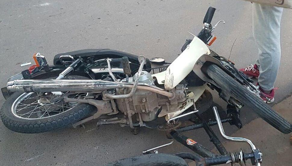 La moto y la bicicleta involucrados en el accidente.